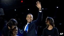 Tổng thống Barack Obama cùng Ðệ nhất phu nhân Michelle Obama và con gái Malia và Sasha trong đêm bầu cử tại Chicago.