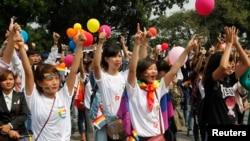Các nhà hoạt động và những người đồng tính, song tính và chuyển giới (LGBT) tuần hành ở Hà Nội. (Ảnh chụp ngày 27/10/2013).