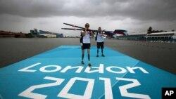 Atlet dayung Oksana Masters dan rekannya Rob Jones dari Amerika Serikat setelah latihan untuk pertandingan di Paralimpik 2012 di Inggris. (Foto: