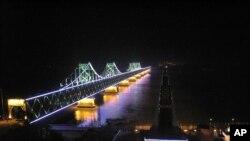 鴨綠江中國一側燈火通明﹐對岸一團漆黑﹐形成強烈對比。