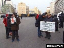 一名示威者为被关押的政治犯募捐(左)。(美国之音白桦拍摄)