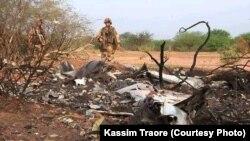 Des militaires inspectent les lieux d'une attaque à Sokoura, au Mali.