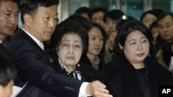 The wife of the late former South Korean President Kim Dae-jung, Lee Hee-ho, center, and Hyundai Group chairman Hyun Jeong-eun, right, prepare to depart from the Inter-Korean Transit Terminal from the border village of Paju in the demilitarized zone, Mond