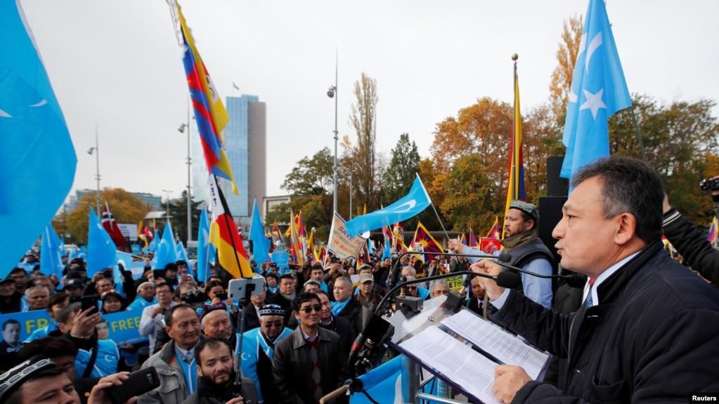 上千名来自世界各地的维吾尔人在日内瓦举行游行集会抗议中国当局在新疆的政策 (2018年11月6日)(photo:VOA)