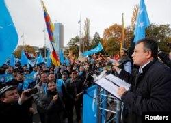 2018年11月6日上千名来自世界各地的维吾尔人在日内瓦举行游行集会抗议中国当局在新疆的政策