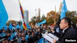 上千名來自世界各地的維吾爾人在日內瓦舉行遊行集會抗議中國當局在新疆的政策。(2018年11月6日)