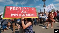 Para pendukung Deferred Action for Childhood Arrivals (DACA) berunjuk rasa di Los Angeles, 4 September 2017.