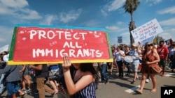 Archivo. Partidarios de DACA entonan eslóganes durante un acto en Los Ángeles, California, el 4 de septiembre de 2017.
