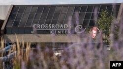 明尼蘇達州首府明尼阿波利斯西北部聖克勞德市的一個購物中心星期六晚有持刀兇手捅傷了九個人。圖為該購物中心外門。