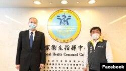 美國在台協會處長酈英傑(左)2020年4月1日拜訪台灣中央流行疫情指揮中心指揮官,台灣衛生福利部部長陳時中(AIT 臉書)