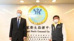 美国在台协会处长郦英杰(左)2020年4月1日拜访台湾中央流行疫情指挥中心指挥官,台湾卫生福利部部长陈时中(AIT 脸书)