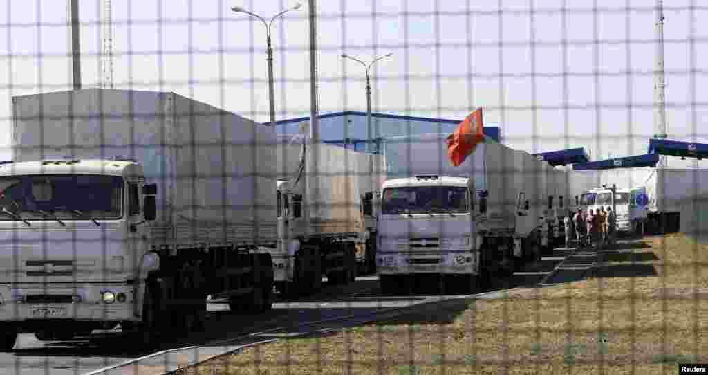 کامیون های روسی یک هفته در پشت مرز در انتظار اجازه ورود به اوکراین بودند - مرز اوکراین، اول شهریور ۱۳۹۳