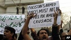 파키스탄 북동부 라호르 지역에서 파키스탄군을 향한 나토의 공습에 항의하는 시위대가 구호를 외치고있다.
