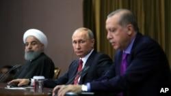 Vladimir Putin (រូបកណ្តាល) និងលោកប្រធានាធិបតីអ៊ីរ៉ង់ Hassan Rouhani ស្ថិតនៅក្នុងសន្និសីទកាសែតមួយនៅក្នុងក្រុង Sochi ប្រទេសរុស្ស៊ី កាលពីថ្ងៃទី២២ ខែវិច្ឆិកា ឆ្នាំ២០១៧។