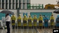 位於深圳的恆大集團總部外警察穿著雨衣在站崗。 (2021年9月14日)