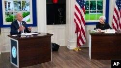 Presiden AS Joe Biden didampingi Menkeu Janet Yellen berbicara dengan para pemimpin bisnis terkemuka di Gedung Putih, Rabu (6/10).
