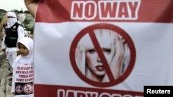 Para pengunjuk rasa membawa spanduk penolakan rencana konser Lady Gaga di Jakarta (foto: dok). Mabes Polri memutuskan tak memberi izin konser Lady Gaga di Jakarta yang rencananya diadakan 3 Juni 2012.
