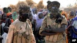 Dua orang tentara Chad melakukan penjagaan di sebuah kamp pengungsi (foto; dok).