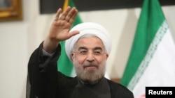 지난달 이란 테헤란에서 열린 기자회견에 앞서 이란 대통령 당선자 하산 로하니가 인사를 하고 있다.