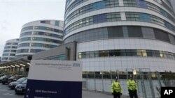 15일 치료를 위해 영국으로 이송된 파키스탄 소녀가 입원해 있는 병원 앞을 지키고 있는 영국 경찰들.