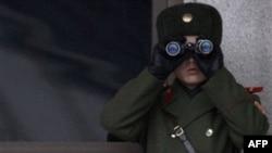 Binh sĩ Bắc Triều Tiên từ làng Bàn Môn Ðiếm đang quan sát Nam Triều Tiên
