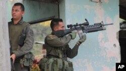 Los atentados serían represalias de bandas criminales relacionadas con las FARC, que están respondiendo a recientes capturas. En esta foto, policías responden a un ataque en la población de Toribío.