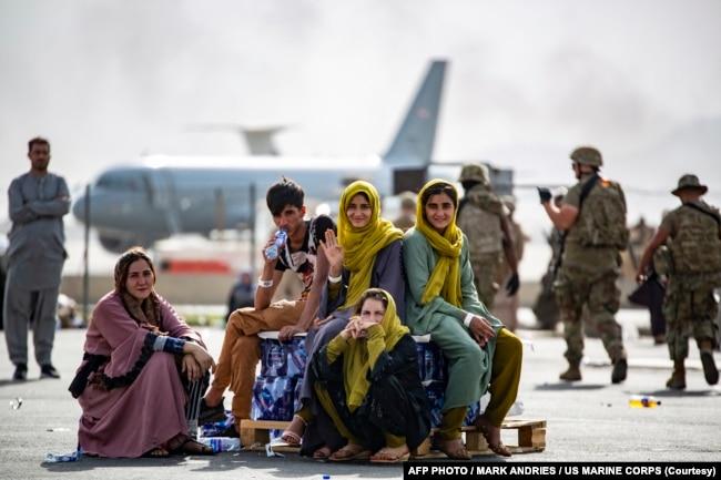 کابل ایئرپورٹ سے غیر ملکیوں اور افغان شہریوں کے انخلا کا عمل جاری ہے۔