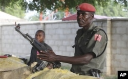 Un policier nigérian monte la garde à Maiduguri (5 novembre 2011)