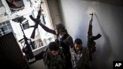 Tentara pembebasan Suriah di Aleppo (Foto: dok). Pemimpin pemberontak Suriah, Salim Idris mengatakan anak buahnya memerlukan bantuan misil anti tank dan anti pesawat terbang untuk mencegah tentara pemerintah Suriah membinasakan rakyat.