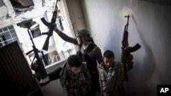 Các thành viên Quân đội Syria Tự do ở Aleppo, Syria. (AP Photo/ Andoni Lubaki)