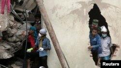 Spasilačke ekipe pretražuju ruševine Rana Plaze u predgrađu Dake ne bi li pronašli preživele