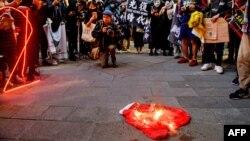 ရန္ကုန္တြင္ တရုတ္ႏိုင္ငံအလံကို မီးရိႈ႔ကန္႔ကြက္ဆႏၵျပခဲ့ၾကစဥ္ (ဧၿပီ ၉ ၊ ၂ဝ၂၁) ဓါတ္ပုံ AFP