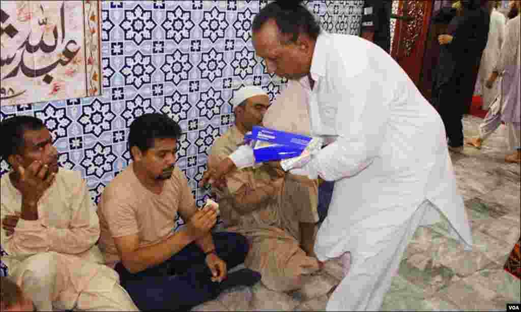 کراچی: عبداللہ شاہ غازی کے مزار پر عرس کے دوران نذر نیاز کے طور پر مٹھائی تقسیم کی جا رہی ہے