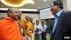 "FILE PHOTO- But Buntenh, head of Independent Monks Network, talks to Prime Minister Hun Sen during the first national forum on ""Protection and Conservation of Natural Resources,"" Phnom Penh, Cambodia, Monday, August 22, 2016. (Leng Len/VOA Khmer)"