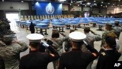 Soldados estadounidenses saludan duranate la ceremonia de repatriación de restos de soldados estadounidenses muertos en la Guerra de Corea, en la Base Aérea Osan en Pyeongtaek, Corea del Sur, el miércoles, 1 de agosto de 2018.