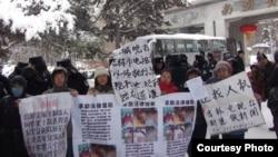 吉林访民在众多警察戒备下求见中央巡视组。(64天网新闻图片)