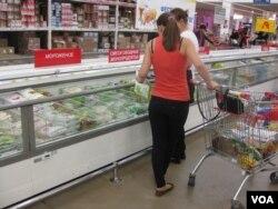 莫斯科一架超市,俄罗斯许多农产品都来自土耳其。(美国之音白桦拍摄)