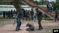 Bapoliciers bazali kobeta moko na balandi ya candidat Martin Fayulu liboso Cour constitutionnelle, Kinshasa, le 12 janvier 2019.