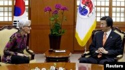 Ngoại trưởng Hàn Quốc Yun Byung-se và Thứ trưởng Ngoại giao Mỹ Wendy Sherman thảo luận về vấn đề Bắc Triều Tiên tại Seoul hồi tháng 1/2015.