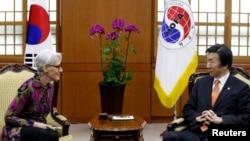 지난 1월 한국을 방문한 웬디 셔먼 미 국무부 차관(왼쪽)이 서울 외교부 청사에서 윤병세 외교장관과 환담하고 있다. (자료사진)