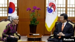 South Korean Foreign Minister Yun Byung-se (R) talks with U.S. Under Secretary of State for Political Affairs Wendy Sherman during a meeting to discuss North Korea issues at the Foreign Ministry in Seoul, January 29, 2015.