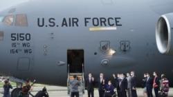 美國伊利諾伊州民主黨參議員塔米·達克沃思、阿拉斯加州共和黨參議員丹·沙利文和特拉華州民主黨參議員克里斯托弗·庫恩斯搭乘美國空軍現役C-17A戰略運輸機抵達台北。(2021年6月6日)