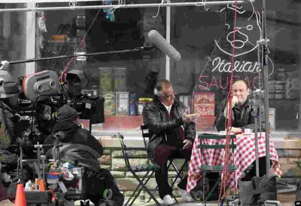 Glumci Toni Siriko, koji igra Poli Volnatsa i Džejm Gandolfini u ulozi Tonija Soprana, na snimanju u Nju Džerziju. 21. mart, 2007.