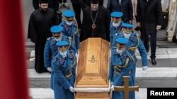 Pripadnici garde Vojske Srbije nose sanduk sa telom preminulog partijarha SPC Irineja, ispred crkve Arhangela Mihaila u Beogradu, 21. novembra 2020. (Foto: Rojters, Marko Đurica)