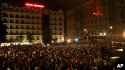 Warga menghadiri pidato Pablo Iglesias, pemimpin Partai Podemos (We Can) untuk merayakan hasil pemilu di Madrid (24/5). (AP/Daniel Ochoa de Olza)