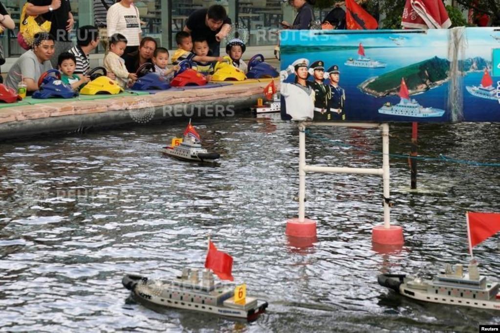 2018年6月2日,中國上海的一家公園,兒童玩耍遙控模型軍艦。