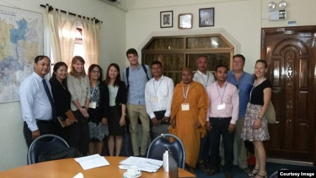 UN Special Rapporteur on the situation of human rights in Cambodia, Rhona Smith (3rd from the left) meets with civil society representatives at the UN Human Rights office on March 21, 2016. (Courtesy Image of Nai Vongda)​