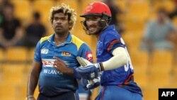 افغانستان کے رحمت شاہ رنز کے لیے بھاگ رہے ہیں اور سری لنکا کے ملنگا گیند کو باؤنڈری کی طرف جاتا ہوا دیکھ رہے ہیں۔ 17 ستمبر 2018