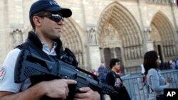 Polisi Perancis melakukan patroli di depan gereja katedral Notre Dame di Paris (foto: ilustrasi).