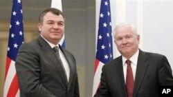 美国国防部长盖茨(右)同俄罗斯国防部长谢尔久科夫(左)22日在莫斯科会谈